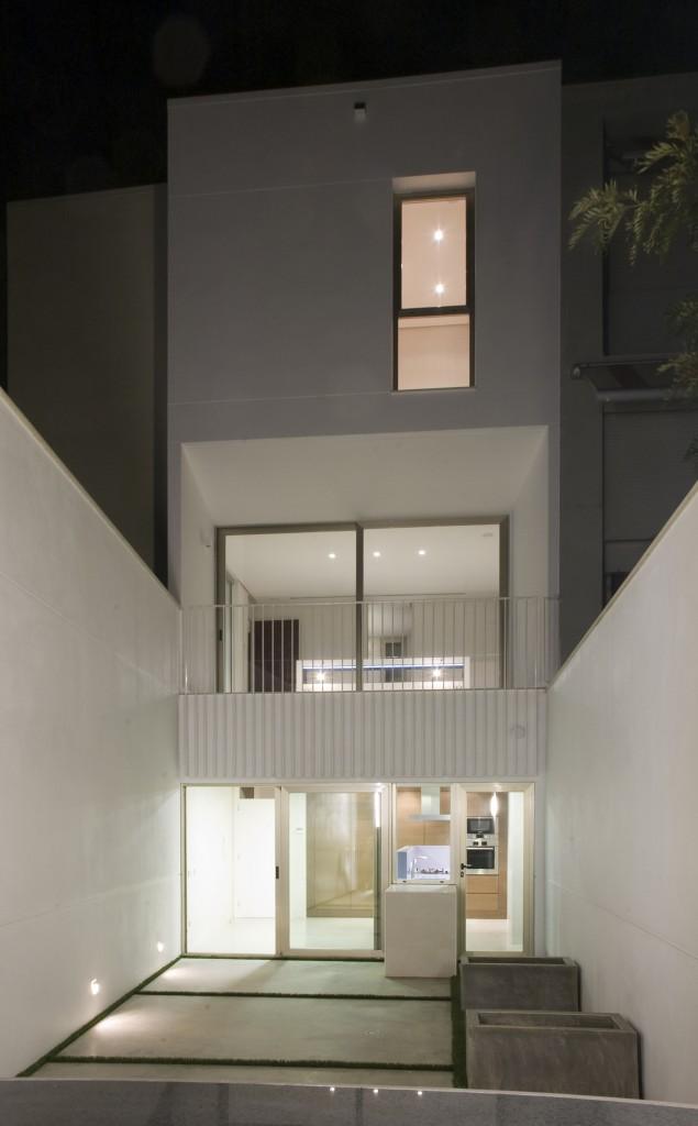 CABII-fachada-patio-noche